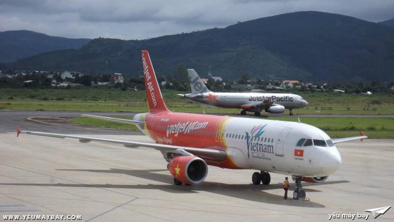 """Hiện nay, sân bay Liên Khương khá nhộn nhịp: Một chiếc Airbus A320 """"Vietnam - Vẻ đẹp bất tận"""" đang sẵn sàng cho chuyến đi Tp.HCM."""