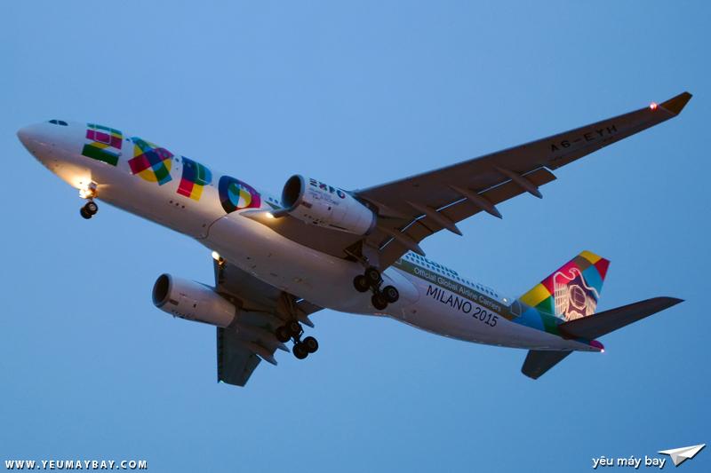 """Máy bay mang màu sơn đặc biệt """"EXPO 2015"""" (A6-EYH) đang hạ cánh tại Tân Sơn Nhất - Ảnh: Long Ethan."""