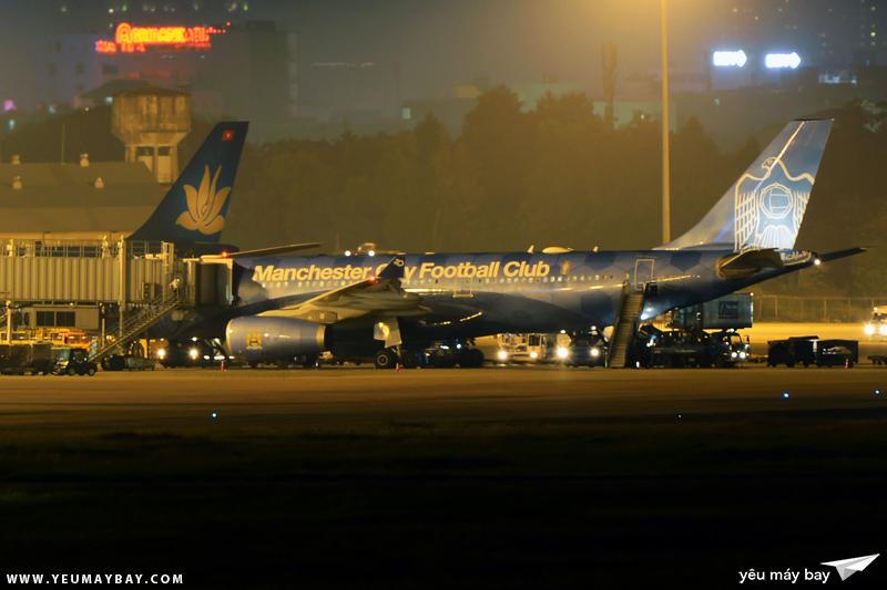 """Máy bay mang màu sơn đặc biệt """"Manchester City - Blue Moon Rising"""" (A6-EYE) đang nhận khách tại Tân Sơn Nhất - Ảnh: Long Ethan."""