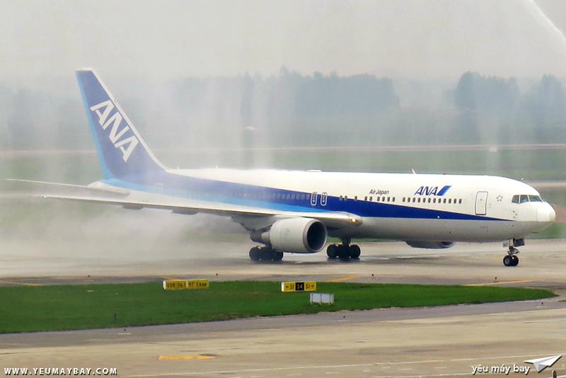 Boeing 767-300ER số đăng kí JA617A đang được phun nước chào mừng trong chuyến bay khai trương đường bay Haneda-Hà Nội