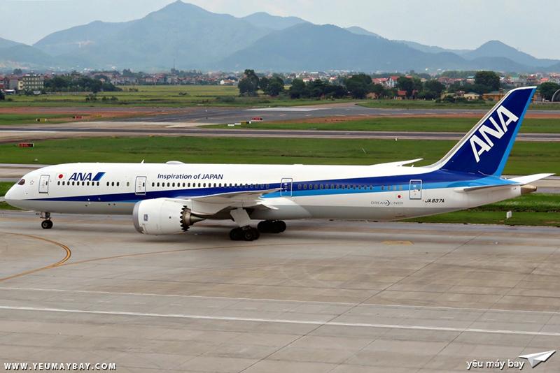 Boeing 787-9 Dreamliner của ANA đang chuẩn bị taxi ra đường băng. Ảnh: Dũng Nguyễn