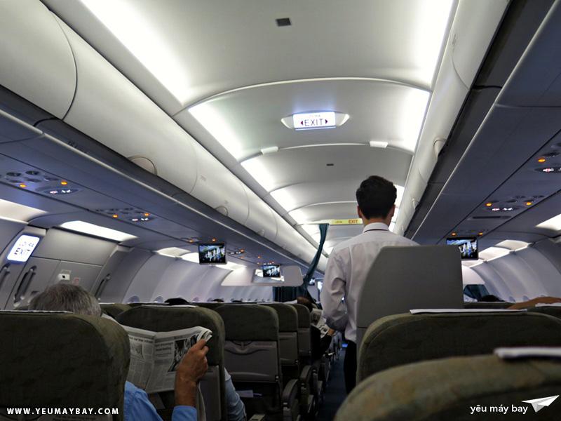 Bên trong cabin máy bay. Hôm đó là một ngày gần lễ Giáng Sinh nên nhạc giáng sinh được phát trong lúc hành khách boarding. Tôi có cảm giác ấm áp và vui vẻ lạ thường 