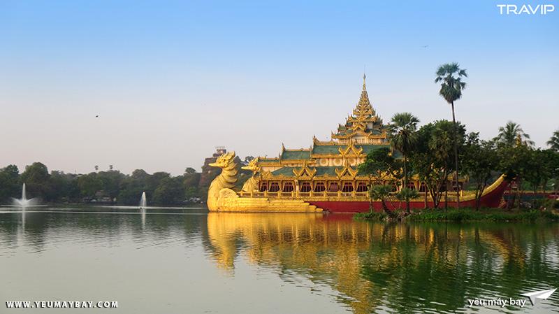 Hồ Kandawgyi ở Yangon. Ảnh: TRAVIP