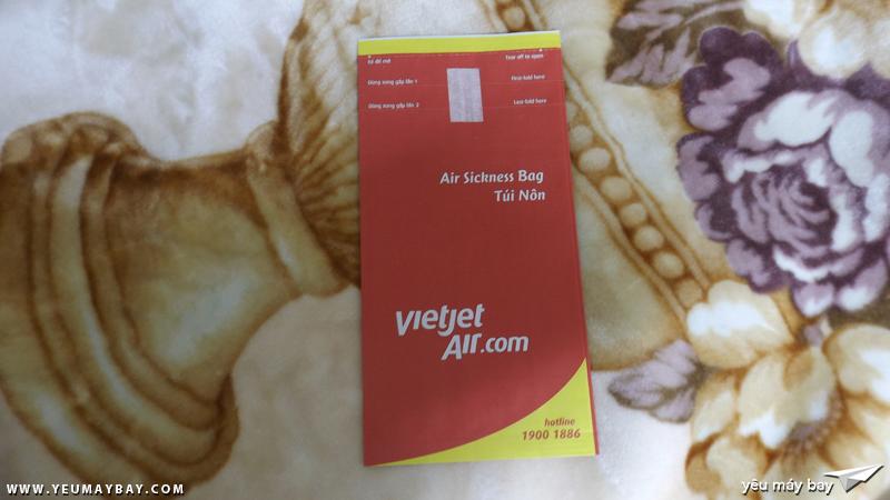 Túi nôn đỏ đặc trưng của Vietjet Air - Ảnh: Tuấn Đỗ