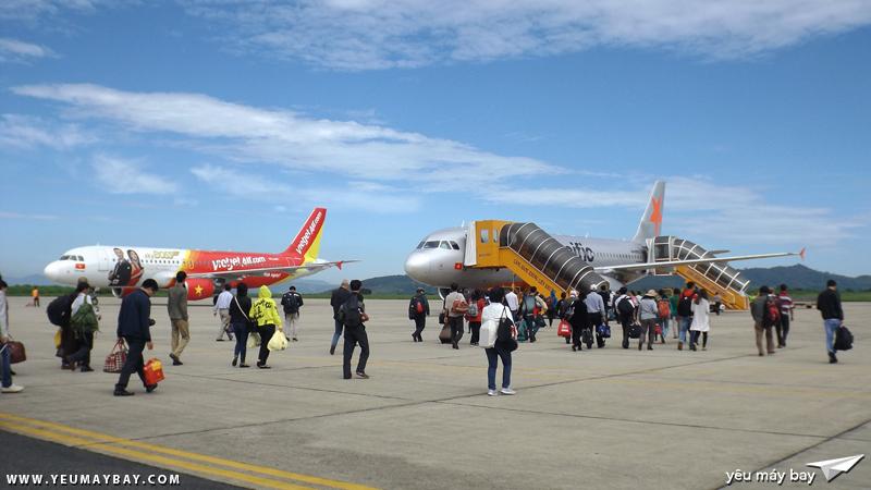 Hành khách đi bộ ra tàu bay, bên cạnh là Vietjet Air vừa đến từ Hà Nội - Ảnh: Tuấn Đỗ