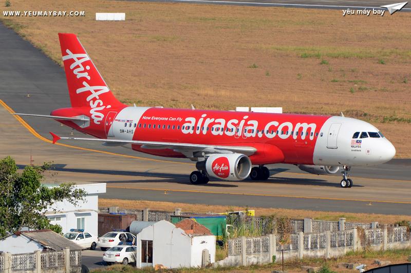 """Màu sơn tiêu chuẩn mới nhất của AirAsia (Máy bay 9M-AHS). Dòng tiêu đề trên thân được thay đổi thành """"airasia.com"""" với cỡ chữ nhỏ hơn - Ảnh: Long Ethan."""