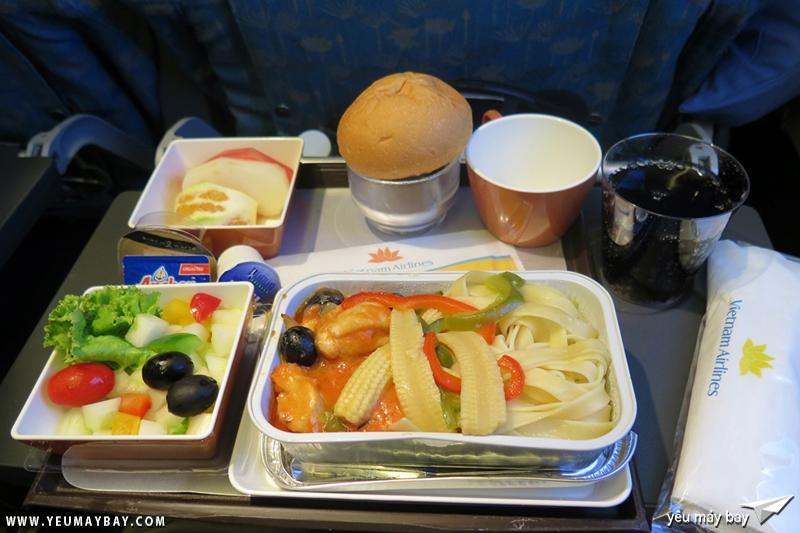 Suất ăn kiểu tây cho chặng bay Hà Nội - Moscow. Ảnh: Dũng Nguyễn