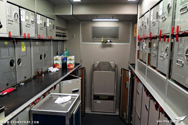 khu vực bếp của máy bay, nơi tiếp viên thu dọn và đặt các xe đẩy suất ăn. Ảnh: Dũng Nguyễn.