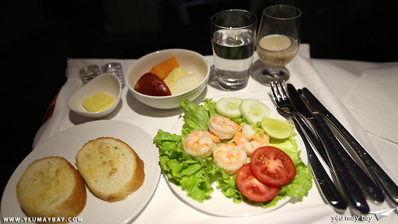 Suất ăn hải sản (SFML) hạng thương gia của Malaysia Airlines. Thành phần suất ăn chỉ có hải sản, không có các loại thịt khác. Ảnh: TRAVIP