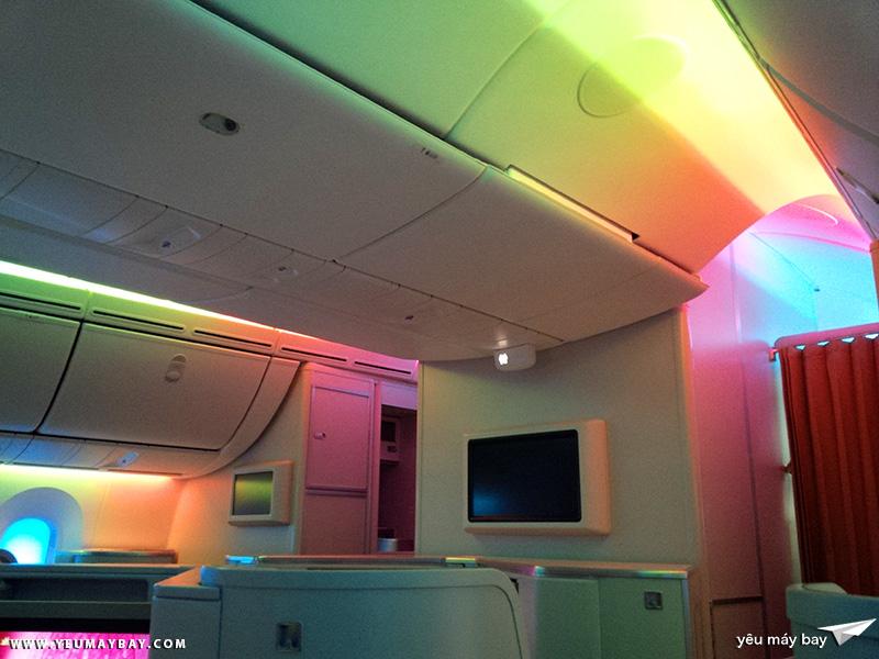 Trần máy bay đầy màu sắc bên trong khoang chiếc Boeing 787-9 của Vietnam Airlines. Ảnh: TRAVIP