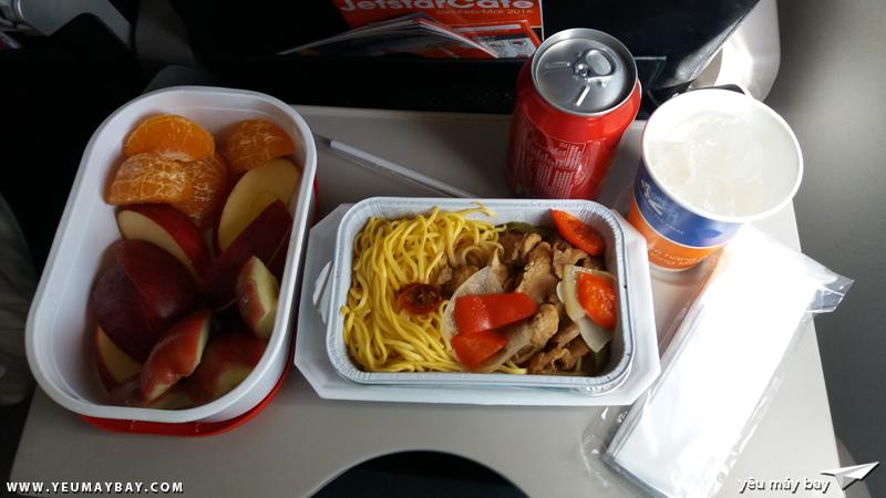 Suất ăn trên máy bay kèm trái cây tự chuẩn bị - Ảnh: Tuấn Đỗ