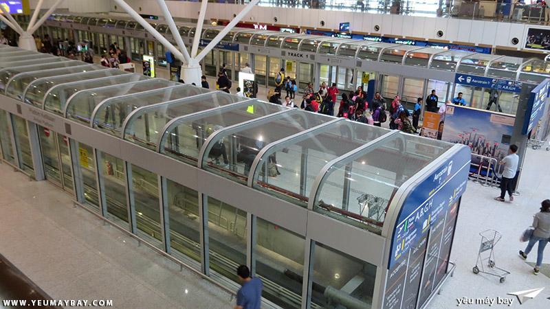 Bên trong nhà ga sân bay Kuala Lumpur. Bên dưới là chỗ đợi tàu để di chuyển giữa hai khu vực của nhà ga. Ảnh: TRAVIP