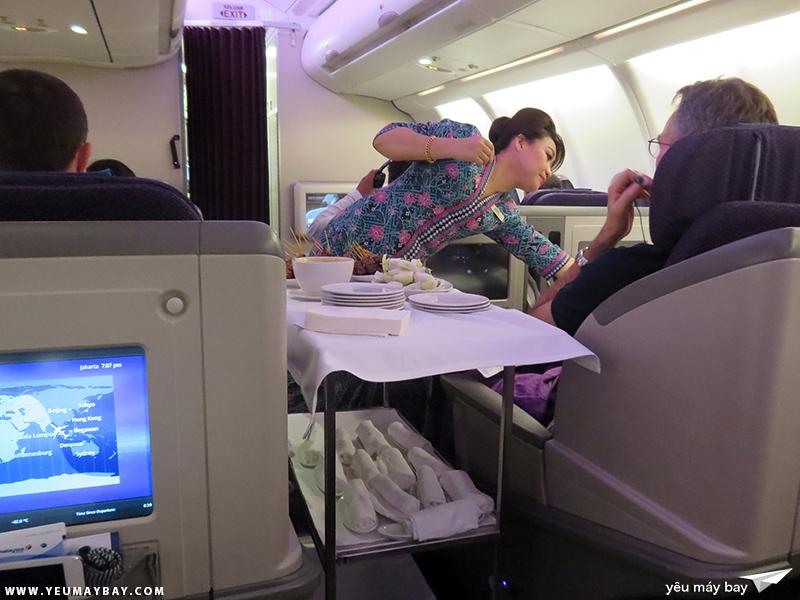 Tiếp viên phục vụ món satay đặc trưng của Malaysia Airlines. Ảnh: TRAVIP
