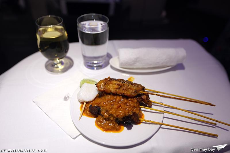 Món satay của Malaysia Airlines. Ảnh: TRAVIP