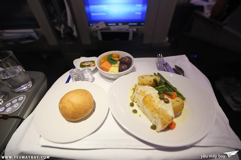 Bữa ăn hạng thương gia của Malaysia Airlines. Ảnh: TRAVIP