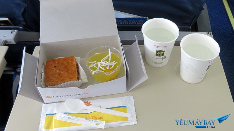 Suất ăn nhẹ của Vietnam Airlines trên chuyến bay từ Luang Prabang đi Siem Reap với máy bat ATR72. Ảnh: TRAVIP