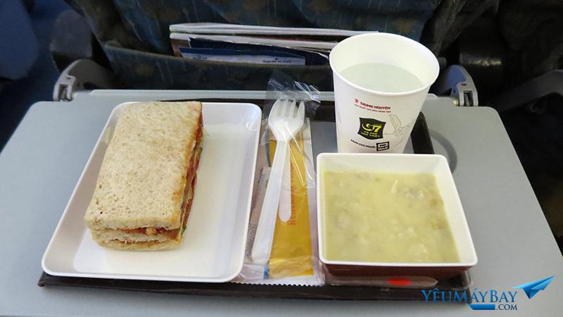 Bữa ăn nhẹ dành cho người ăn chay (VLML) của Vietnam Airlines trên chuyến bay từ Hà Nội đi TP. Hồ Chí Minh (ngoài giờ ăn chính là sáng, trưa, tối). Ảnh: TRAVIP