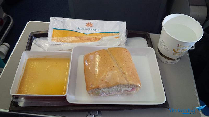 Bữa ăn nhẹ của Vietnam Airlines trên chuyến bay từ Hà Nội đi TP. Hồ Chí Minh (ngoài giờ ăn chính là sáng, trưa, tối). Ảnh: TRAVIP