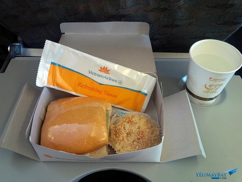 Suất ăn nhẹ của Vietnam Airlines trên chuyến bay từ Hà Nội đi Đà Lạt. Ảnh: TRAVIP