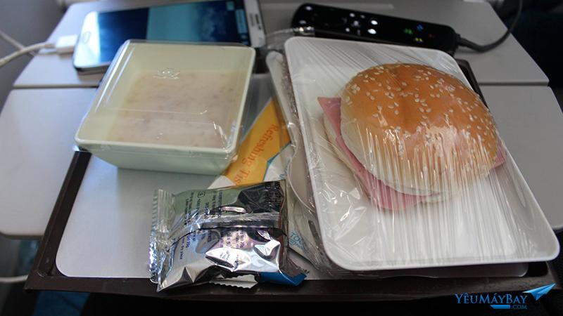 Suất ăn từ TPHCM đi Hà Nội của Vietnam Airlines. Ảnh: Đậu Tiến Đạt