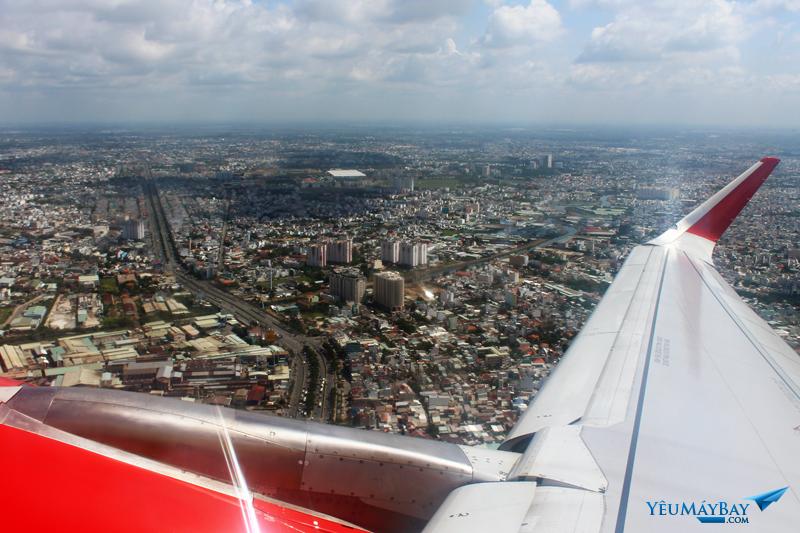Do sân bay Tân Sơn Nhất lúc đó đang đóng cửa một đường băng để sửa chữa. Nên nhiều máy bay phải sắp hàng để chờ cất cánh. Sau 15 phút chờ, máy bay của tôi đã ra đường băng và cất cánh. Ảnh: Đậu Tiến Đạt.