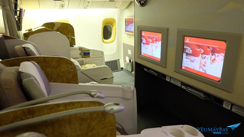 Khoang hạng thương gia trên máy bay Boeing 777-300 của Emirates. Ảnh: TRAVIP