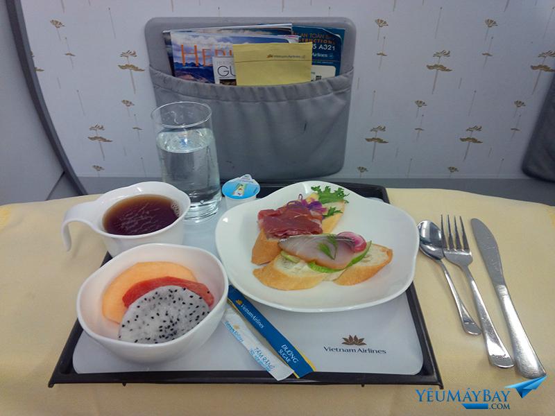 Bữa ăn nhẹ hạng thương gia trên chặng HAN DAD với bánh mì thịt nguội và trái cây tráng miệng. Nước hoa quả, sữa, nước ngọt có ga, trà và cà phê cũng được phục vụ. Ảnh: TRAVIP