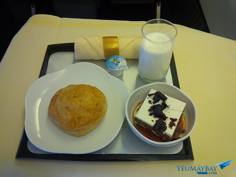 Bữa ăn nhẹ hạng thương gia trên chặng HAN SGN với bánh pateso và bánh ngọt tráng miệng. Nước hoa quả, sữa, nước ngọt có ga, trà và cà phê cũng được phục vụ. Ảnh: TRAVIP