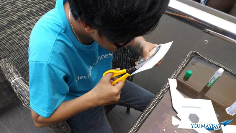 Làm tháp không lưu bằng giấy tại buổi workshop của VIDAC tại Saigon - Ảnh: Tuấn Đỗ