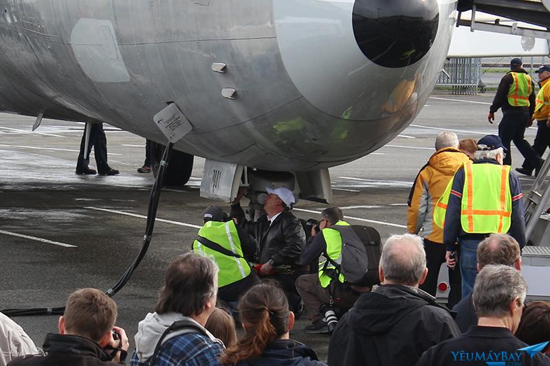 Đội bay của N7001U ký tên ở mặt trong nắp càng mũi, 1 truyền thống của Museum of Flight với tất cả các phi công bay chuyến cuối cùng tới MoF. Ảnh: Trần Huy