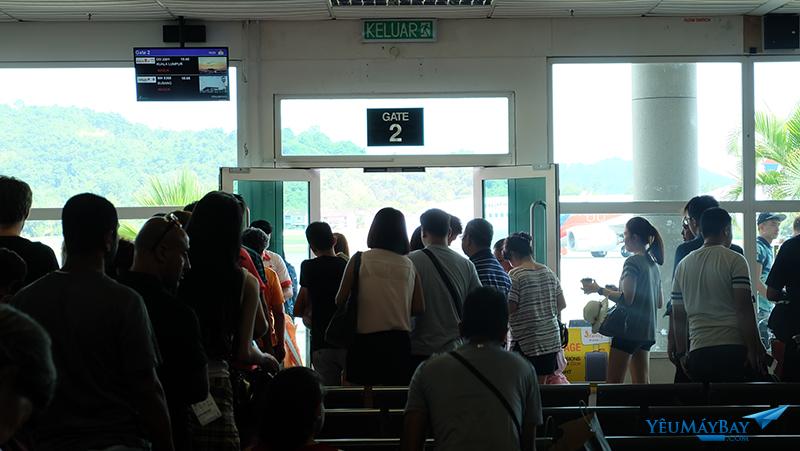 Của ra máy bay số 2, khách 2 hãng Malindo Air và một hãng khác ra tàu bay cùng lúc. Ảnh: Travip