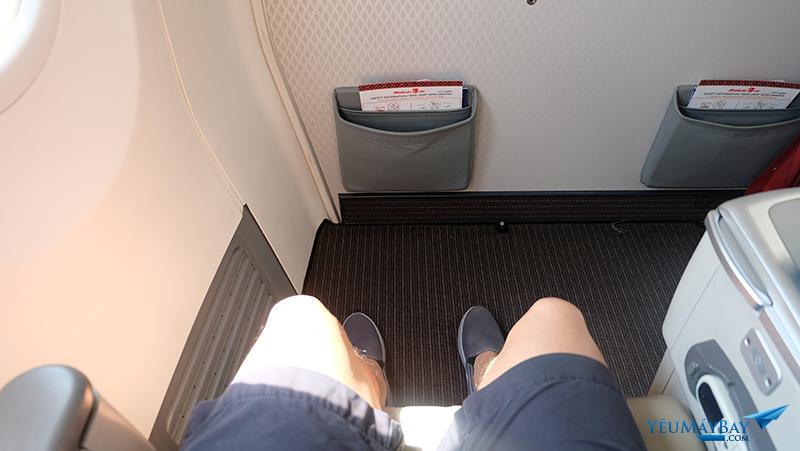 Khoang hạng thương gia của Malindo Air. Chỗ để chân rộng rãi. Ảnh: Travip