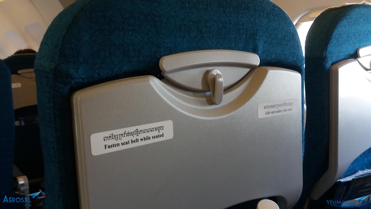 Các hướng dẫn trên ghế vẫn để tiếng Cambodia - Ảnh: Tuấn Đỗ