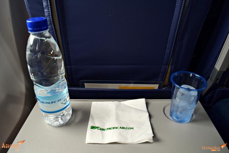 """""""Bữa ăn nhẹ"""" trên chuyến bay, tương đương chặng SGN-CXR của VNA, chỉ khác là không miễn phí. Ảnh: Dũng Nguyễn"""