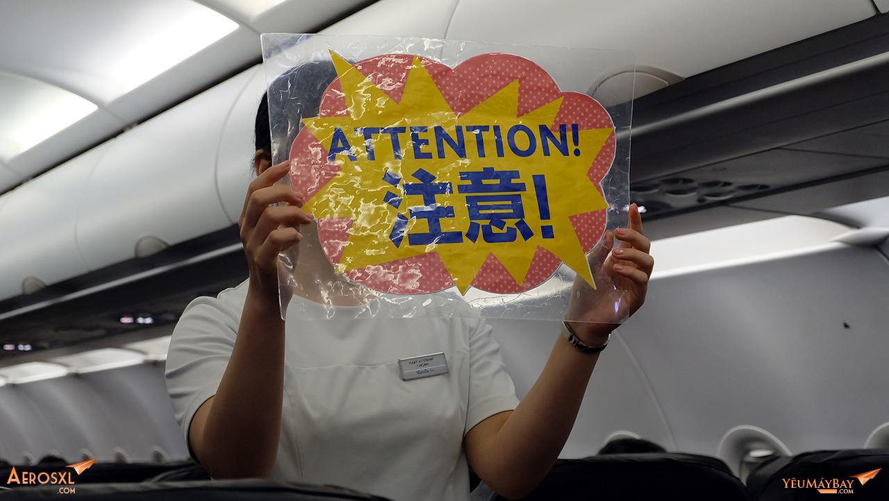Tiếp viên thu hút sự chú ý của hành khách theo dõi hướng dẫn an toàn bay. Ảnh: Travip