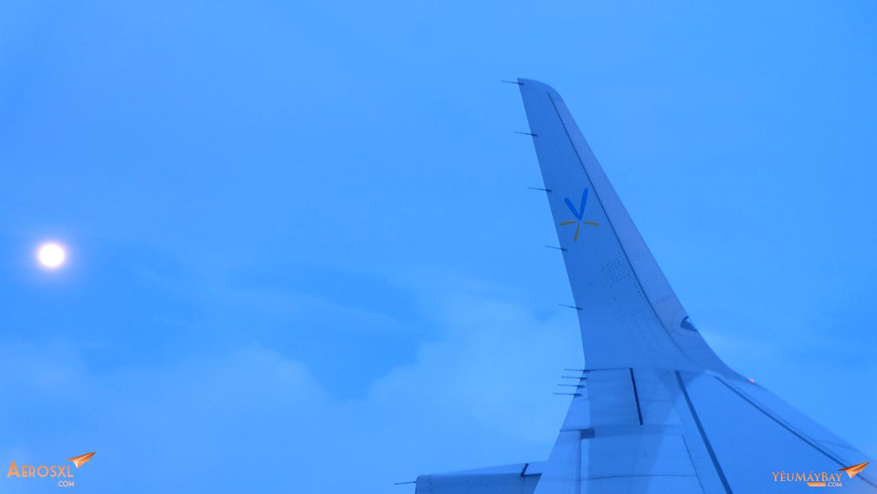 Trăng mùa Trung Thu tròn trịa bên cánh máy bay. Ảnh: Travip