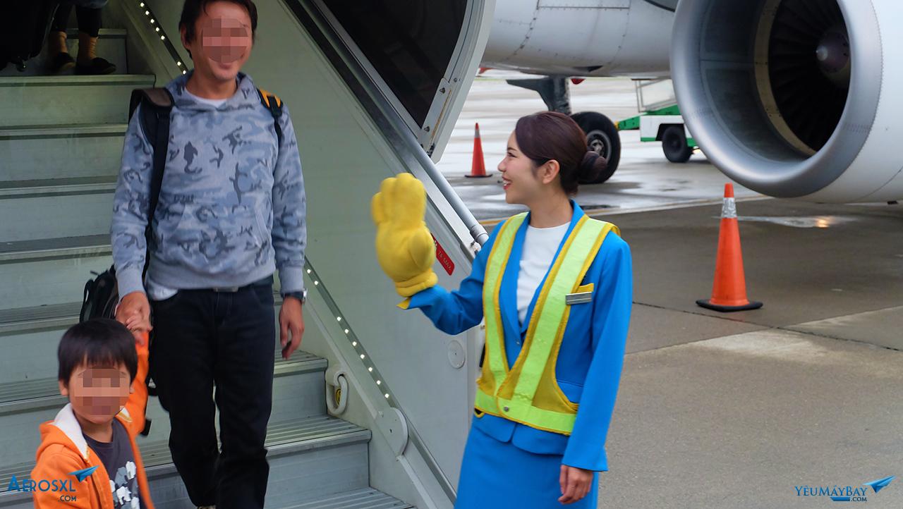 Tiếp viên chào hành khách xuống máy bay. Ảnh: Travip