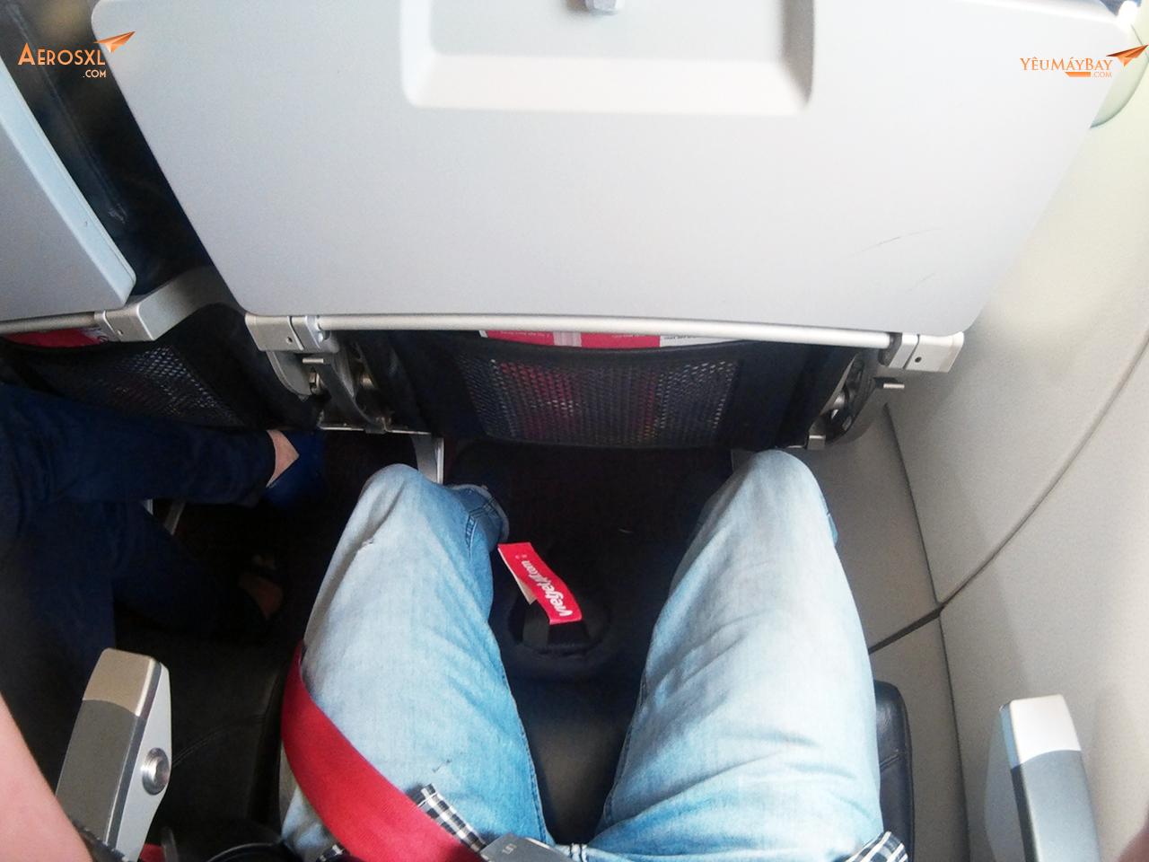 Không gian để chân vừa đủ để chân và 1 balo. Ảnh: Phạm Bảo Anh