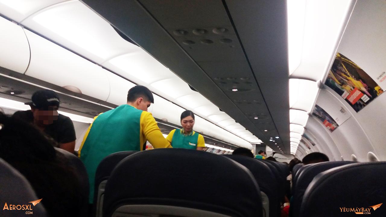 Tiếp viên đẩy xe phục vụ thức ăn nhanh trên chuyến bay - Ảnh: Tuấn Đỗ