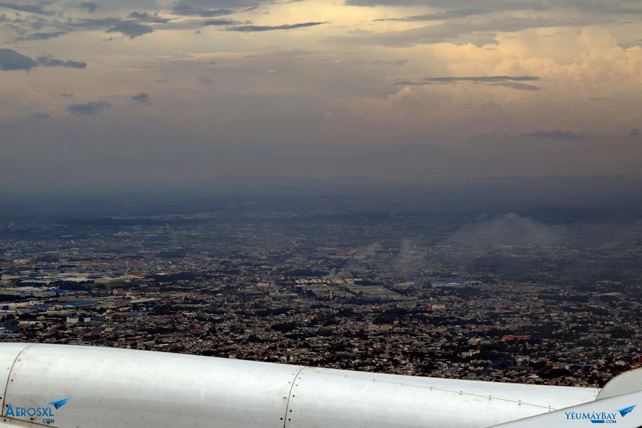 Sài Gòn hiện ra dưới những lớp mây dày. Ảnh: Dũng Nguyễn