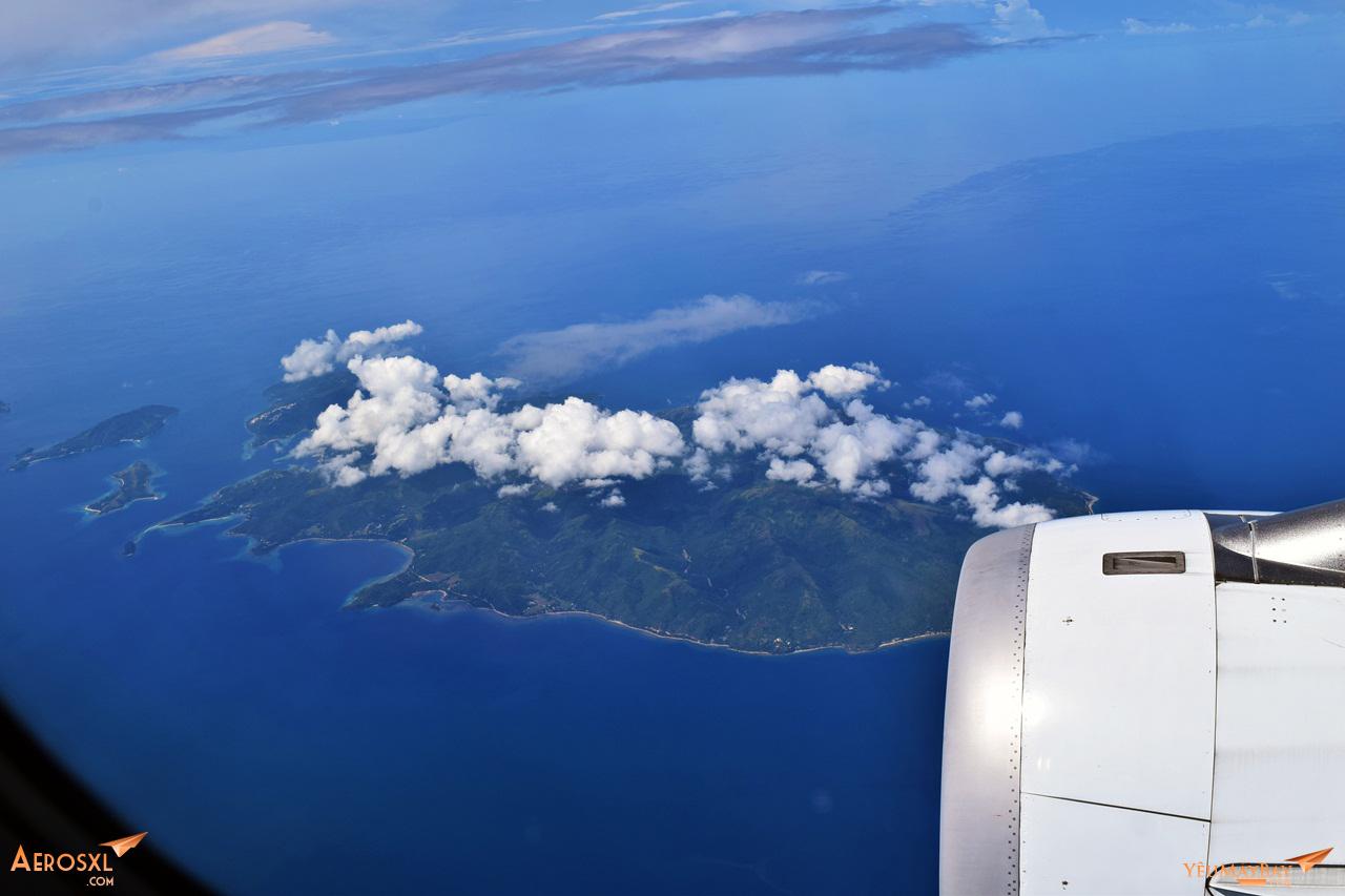 Thời tiết rất tuyệt vời. Bay ngang qua một trong hàng ngàn hòn đảo của Phillipines. Ảnh: Dũng Nguyễn