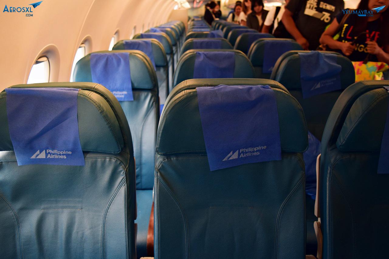 Tranh thủ review về ghế trong khi chờ những hành khách khác xuống máy bay. Ảnh: Dũng Nguyễn