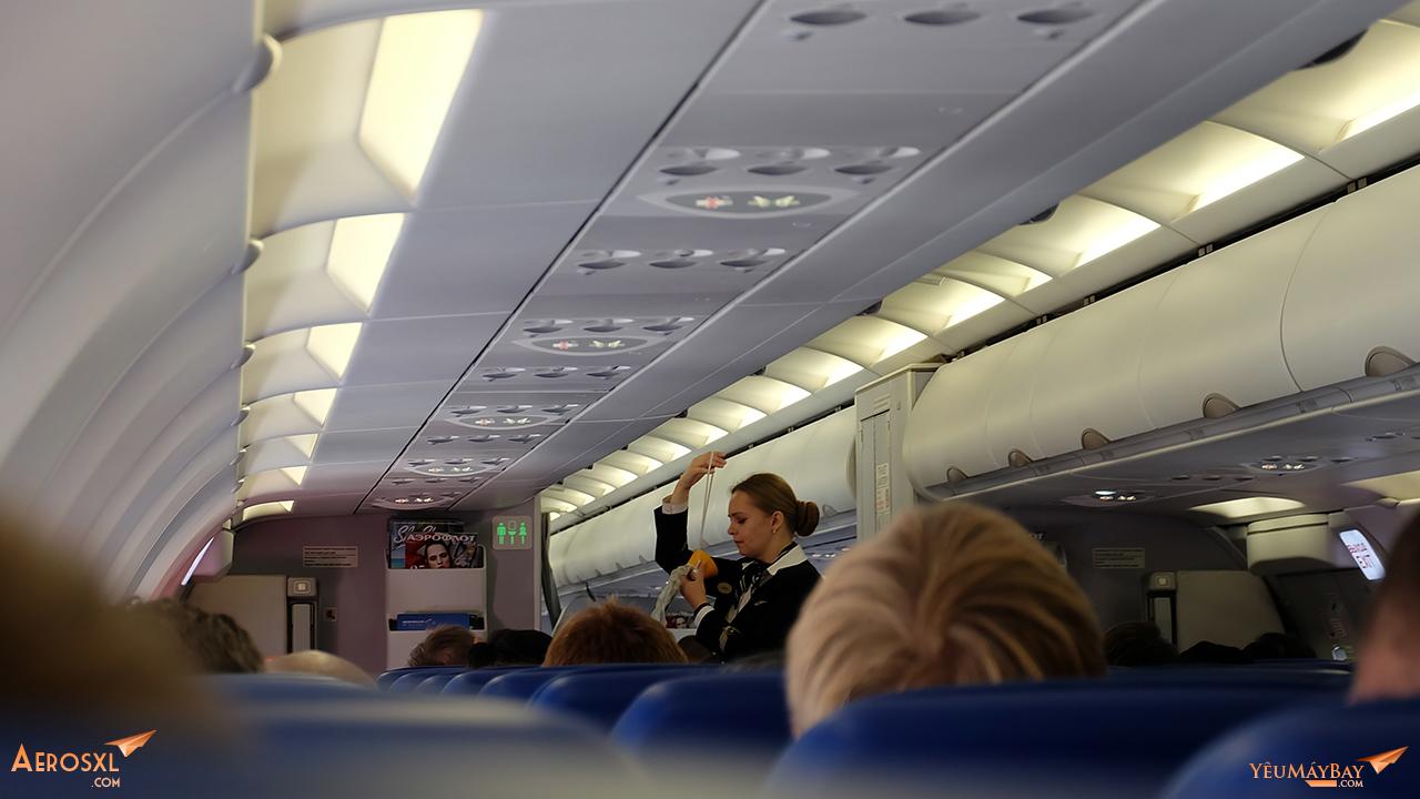 Tiếp viên trình diễn an toàn bay. Ảnh: Travip