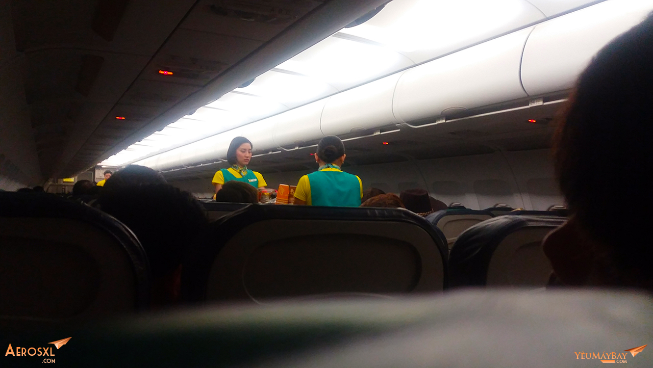 Tiếp viên bán đồ ăn, trên chuyến bay này khá ế vì hành khách đã được phục vụ suất ăn ở nhà ga trước đó - Ảnh: Tuấn Đỗ