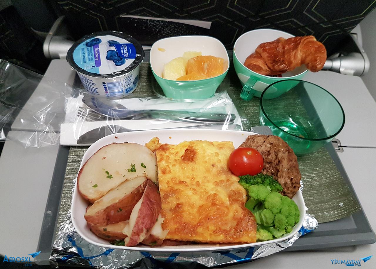 Bữa sáng gồm 2 lựa chọn Á (cháo gà và nấm) và Âu (Cà chua xào trứng giăm bông), do mình không khoái ăn cháo vào cữ sáng nên đành chọn qua đồ Âu, nhưng khẳng định là món Âu này rất nhạt nhẽo. Ảnh: Đỗ Gia Huy