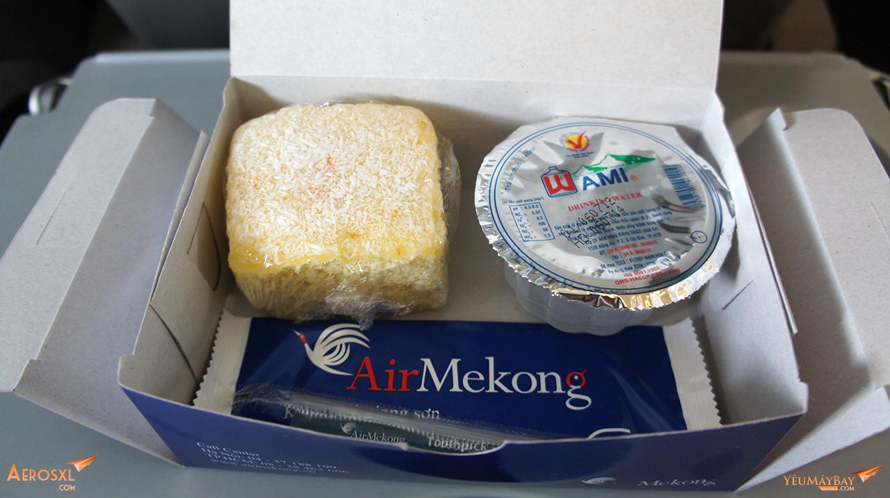 Hộp đồ ăn của Air Mekong trên chuyến bay từ SGN đi VCS. Trong hộp có một miếng bánh nhỏ và một hộp nước nhỏ. Ảnh: Travip