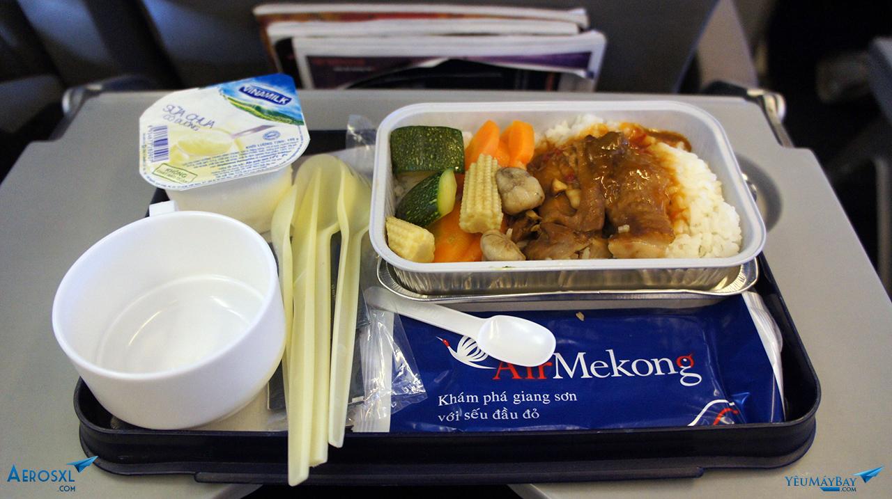 Suất ăn nóng của Air Mekong chặng SGN-HAN. Ảnh: Travip
