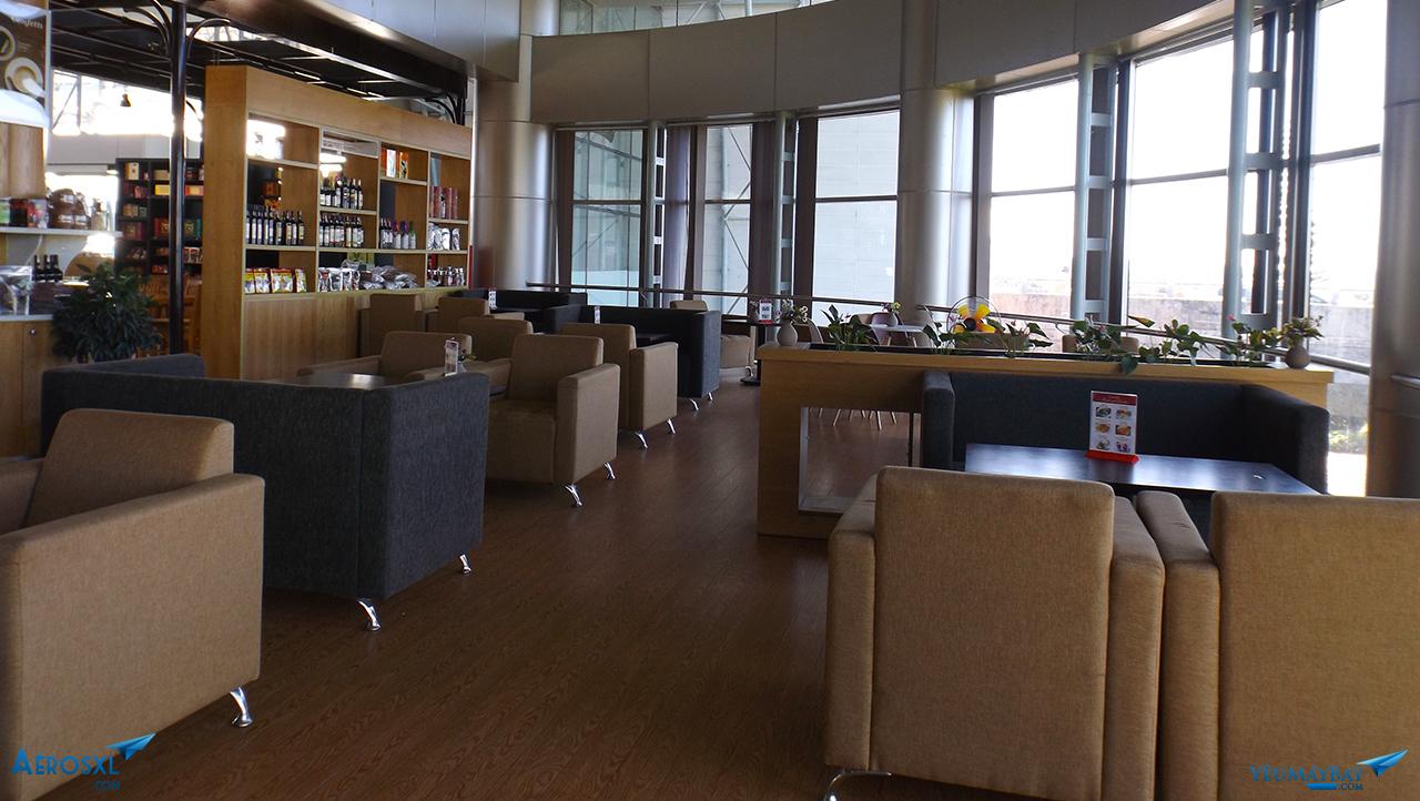 Khu vực phục vụ phòng trong được thiết kế sang trọng với sofa và sàn lót gỗ - Ảnh: Tuấn Đỗ