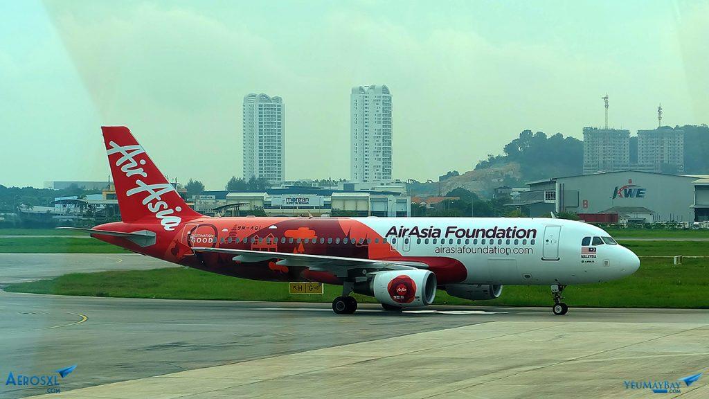Máy bay Airbus A320 của AirAsia với màu sơn AirAsia Foundation. Ảnh: Travip